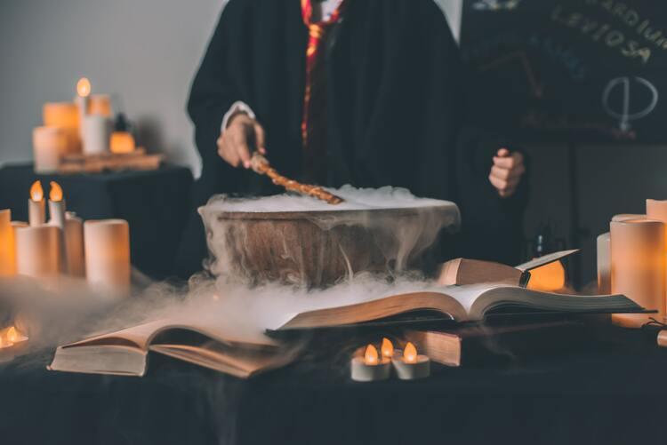 Potion Harry Potter en préparation avec livres ensorcelés