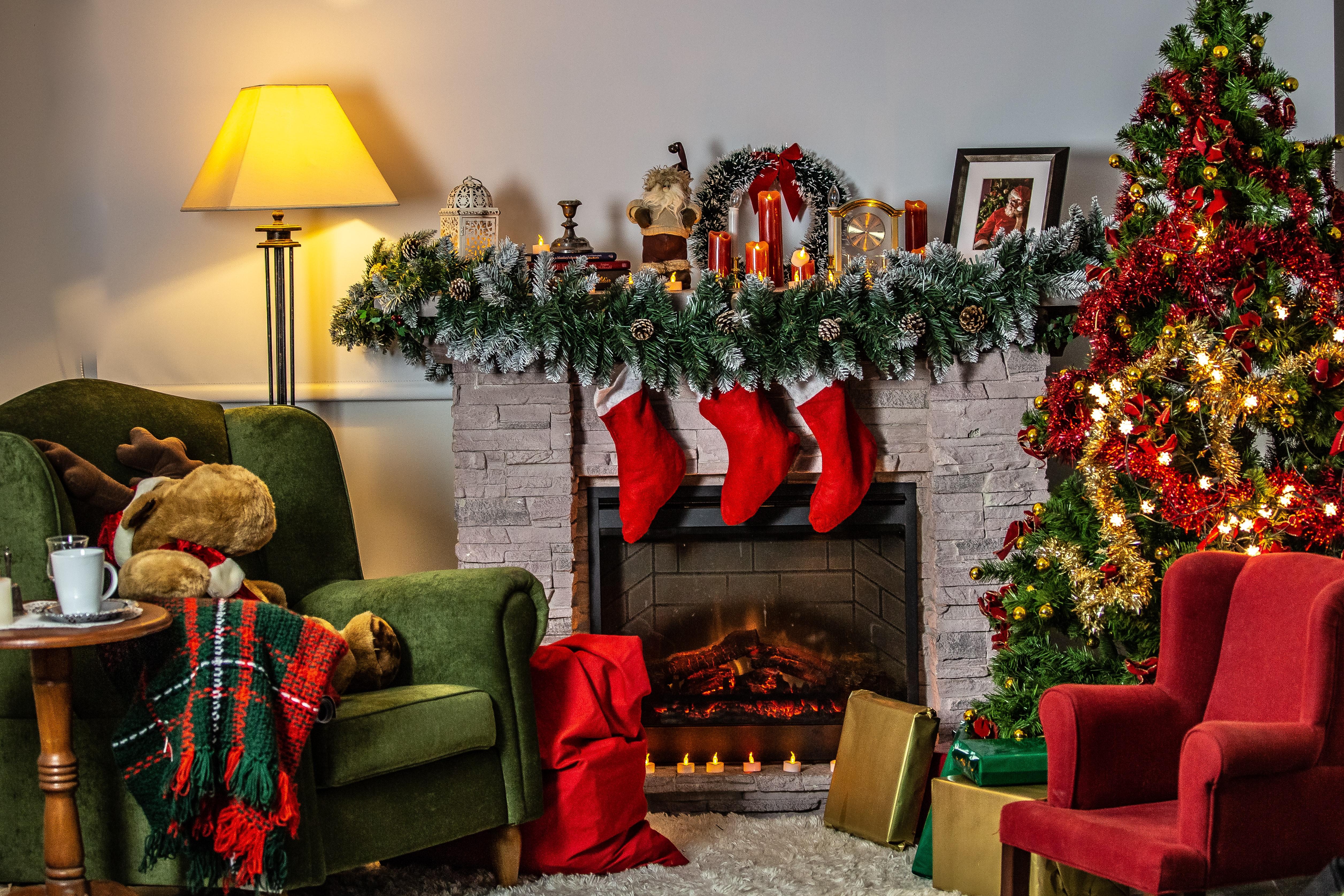 Christmas Stockings autour de la cheminée avec une décoration et une ambiance festive de Noël