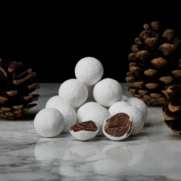 Cadbury chocolate snowballs. Exclusivité Noël 🎅   See you later and see you tomorrow 😊 . . . . . . #xmas #stocking #sweets #mum #chocolate #cadbury #chocolat #angleterre #london #angers #nantes #rennes #tours