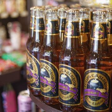 La bière au beurre des films Harry Potter est un succès chez nous. Vous saviez que vous pouvez reproduire celle des studios en la mélangeant avec une boule de glace à la vanille ? 10% offerts jusqu'au 5 Novembre avec le code queen10. . . . . . . #butterscotch #butterscotchbeer #harrypotter #potterhead #sherbetlemons #biereaubeurre #potter